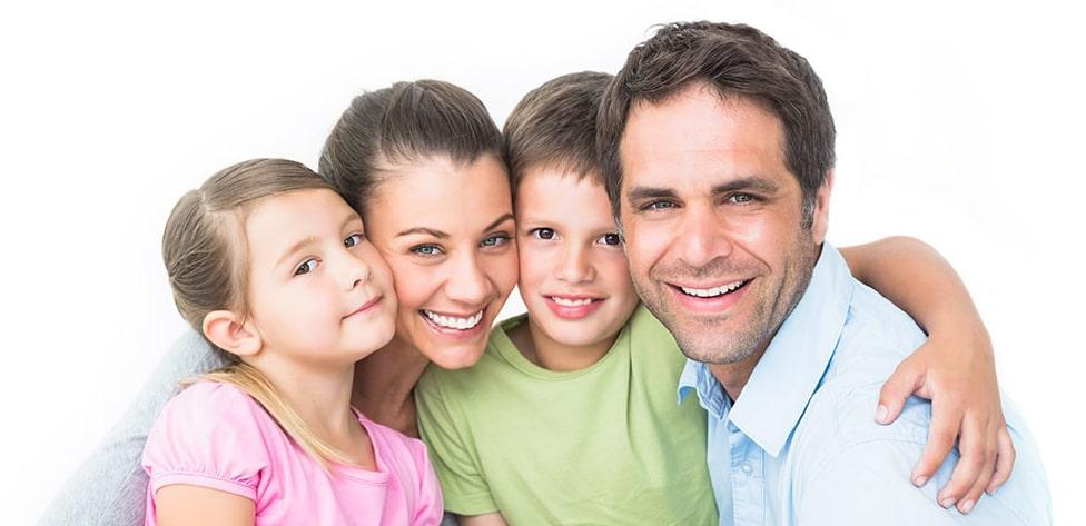 משפחה מחייכת שיניים לבנות